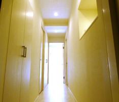 扉を開けるとリビングの光が差し込む