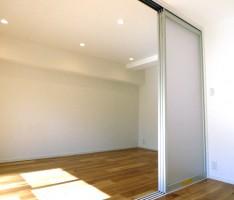 壁で区切らずスペースを広く見せる