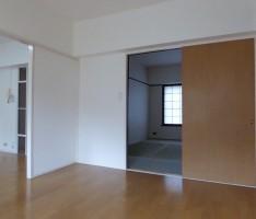 引戸や窓の高さを合わせて空間を広く見せる