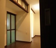 既存の木枠窓や欄間を残しモダンにまとめた廊下