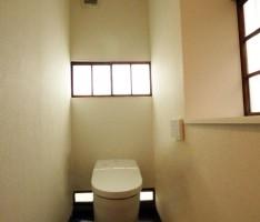 風合いはそのままに、外光が気持ちの良いトイレ