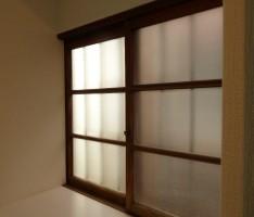 貴重な木枠の窓はそのまま生かす