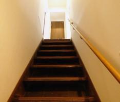 古民家の急な階段には、手摺を設けて