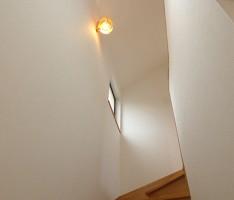 1階から階段室を見上げる