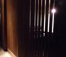 個室は縦格子で程よい閉鎖感を作る