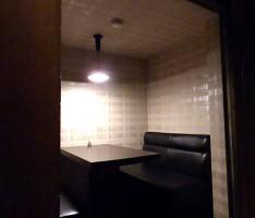 天井の低い個室にあえてペンダントを吊るす