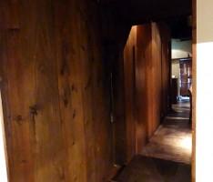 異素材をカラーバランスでまとめた廊下