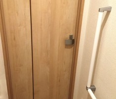 幅広のトイレドア