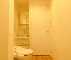 コンパクトにまとめたトイレと洗面台