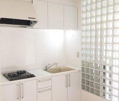 キッチンパネルも白にし天井を高く見せます