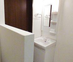 白でまとめた洗面所