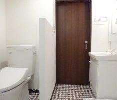 トイレの壁は腰高で押さえ圧迫感を軽減