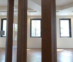 角度のある空間に柱で一定の方向性を持たせる