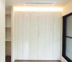 光沢のある収納扉はアッパーライトで立体感をだす