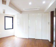 光沢のある扉で構成した家具