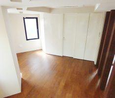 マットな素材の床と柱・壁と光沢を出した造作家具