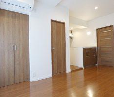 収納扉も含めチェリー材の建具をセレクト