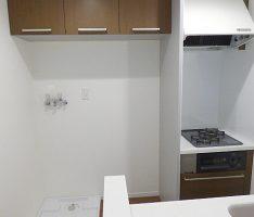 洗濯機と冷蔵庫置き場の上に吊棚を設置