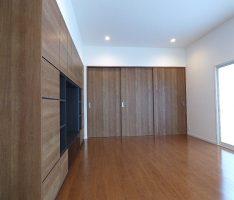 チェリーウッドで組まれた家具の洋室