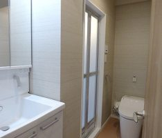 スクエアな空間構成の洗面所