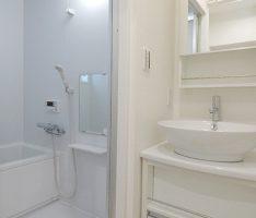 ホワイトでまとめた洗面所とユニットバス