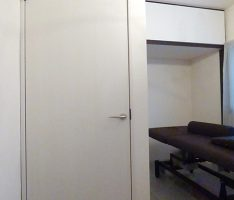分割を変えて上吊元の扉に、壁には小窓