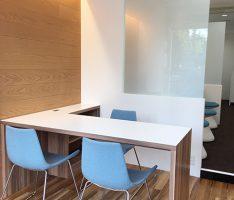 床と壁の木素材、壁と天井の白そしてガラス