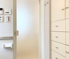洗面所から浴室ドアを見る