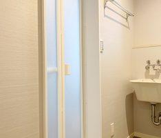 ランドリールームから浴室ドアを見る