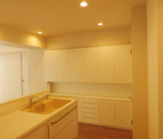 白で構成されたキッチンと収納