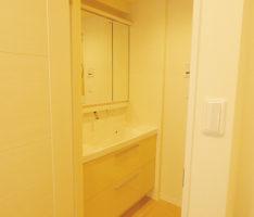 床と扉をライトベージュに合わせた洗面所
