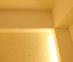 間接照明と梁と