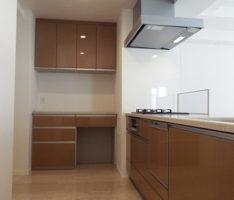 キッチンと収納スペースをL型に