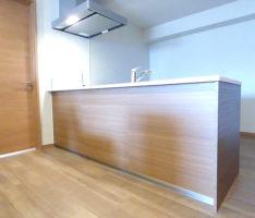 木目調のペニンシュラ型キッチン