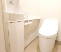 ホワイトで構成したトイレ空間