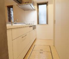 キッチンバックも白い扉で